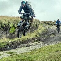 ¿Quien dice que no puedes saltar llevando toda tu vida en una bici? Feliz fin de semana que se avecina!